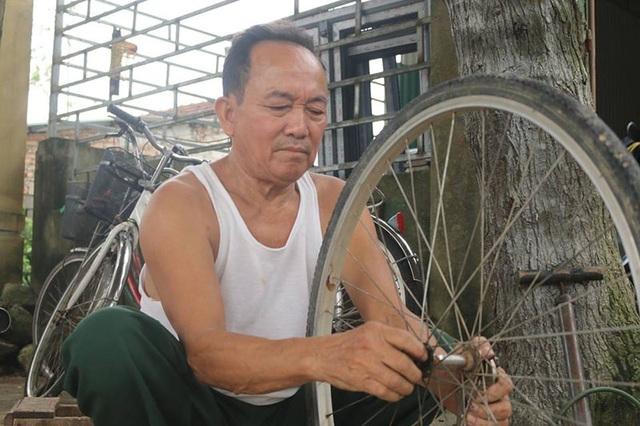 Trong góc quán nhỏ, ông Thực luôn miệt mài với công việc sửa xe đạp cho người dân và các em học sinh.