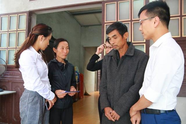 Đại diện Tập đoàn FLC thăm hỏi, động viên gia đình phóng viên Đinh Hữu Dư.