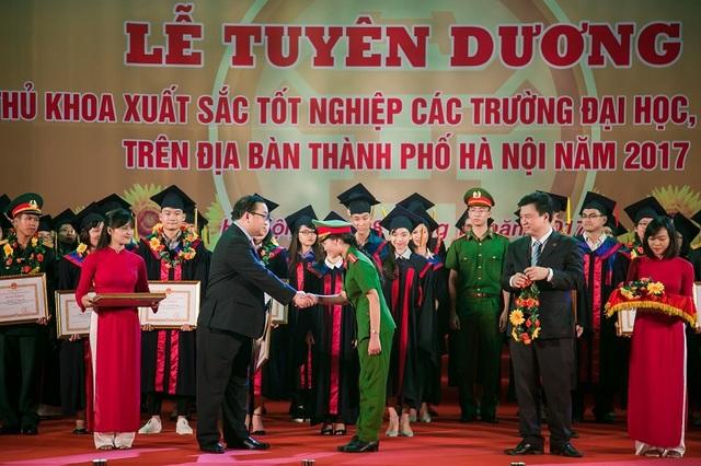 Ngọc Ánh được tuyên dương Thủ khoa xuất sắc của Thủ đô