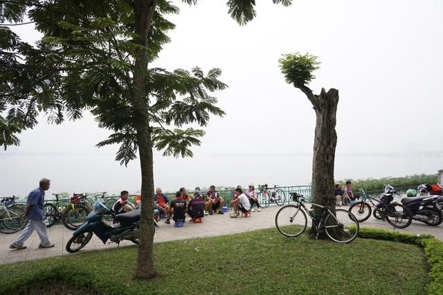 Thời tiết đẹp khiến những người đi tập thể dục buổi sáng nán lại bên hồ lâu hơn để tận hưởng tiết trời thu.