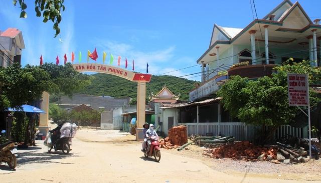 Trước làng chài Tân Phụng 1, 2 là rừng núi Cấm, như một tấm lá chắn vững chắc bảo vệ dân làng biển bao thế hệ.