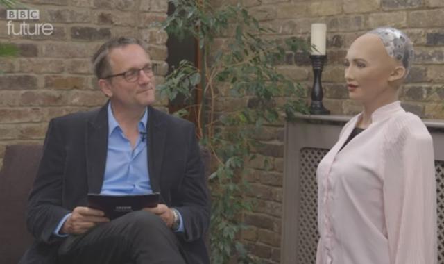 Michael Mosley của BBC thực hiện bài phỏng vấn kéo dài hơn 3 phút cùng robot Sophia.