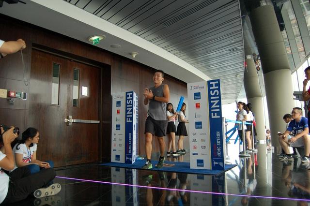Một vận động viên mừng rỡ khi vừa chạm đích tại tầng 49