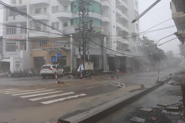 Đường phố ngổn ngang, nhà mất mái khi bão số 12 đổ bộ - 5