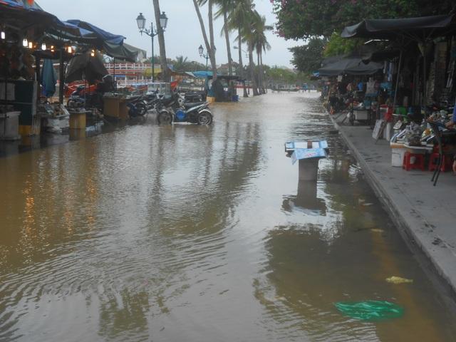 Sóng lớn đe dọa bờ biển Hội An - 2