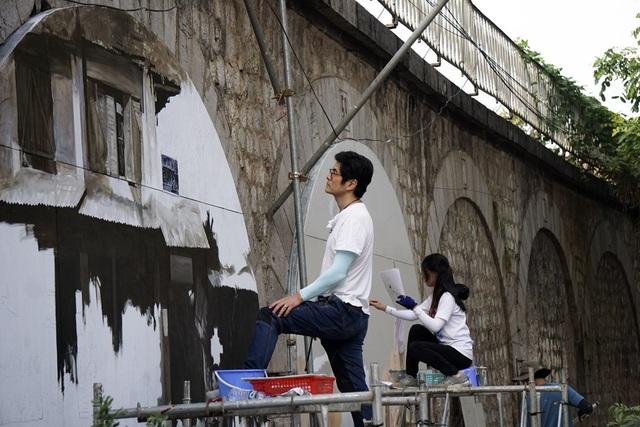 Những bức tranh đầu tiên được thực hiện bởi các nghệ sĩ Hàn Quốc mô tả lại không gian, con người Hà Nội xưa. Những vòm cầu này nằm gần ngã tư Phùng Hưng - Hàng Cót - Hàng Lược.