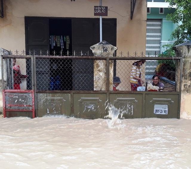Người dân ngăn nước, tát nước ra khỏi nhà