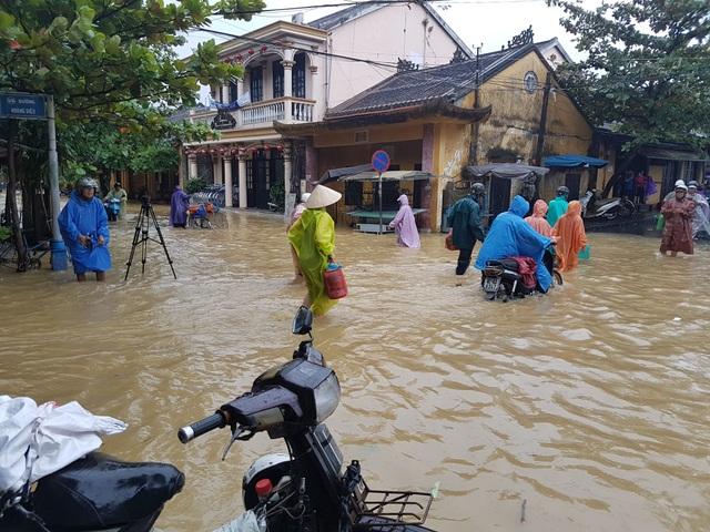 Nhiều tuyến phố ở Hội An nước lụt đã dâng cao gần 1m