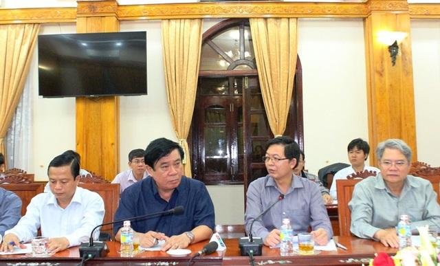 Bí thư Tỉnh ủy Bình Định Nguyễn Thanh Tùng (thứ 2 trái qua) cùng lãnh đạo tỉnh Bình Định họp về công tác phòng chống lũ và tìm kiếm các nạn nhân bị mất tích trên biển Quy Nhơn trong vụ chìm hàng loạt tàu hàng, tàu cá do bão số 12 gây ra.
