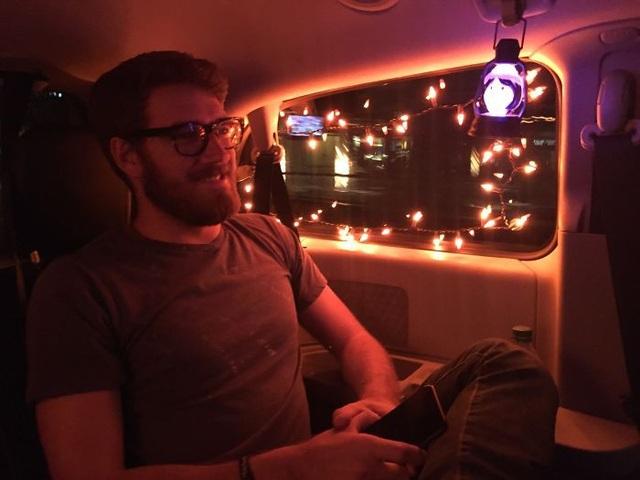 Một tài xế trang trí xe của mình, giúp hành khách có được không khí lễ hội trong dịp cuối năm.