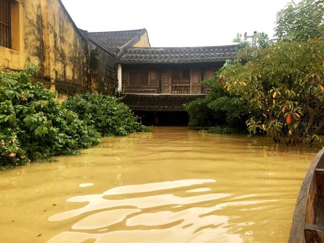 Nước lụt lên ngấp nghé tầng trên