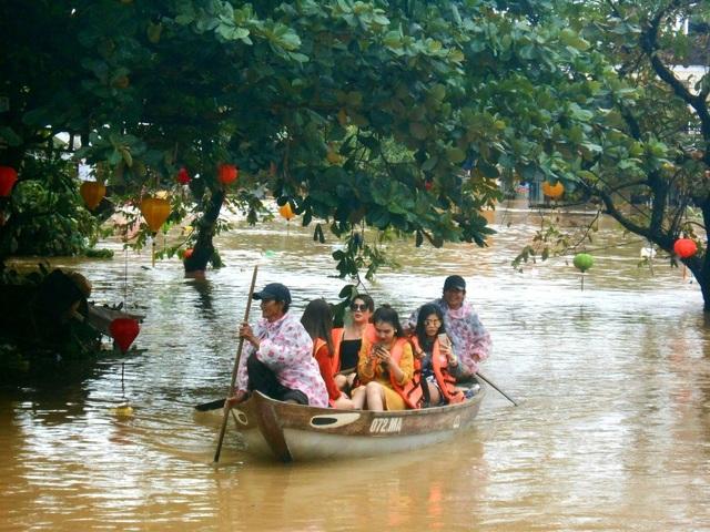 """Nhiều du khách đến Hội An đều muốn trải nghiệm """"đặc sản"""" mùa lũ nơi đây, một hình thức du lịch khác của người dân Hội An mùa mưa lũ"""