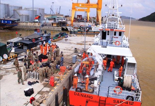 Thời tiết xấu, 26 thợ lặn đặc công của Hải quân và thợ lặn của các chủ tàu thuê không thể tiếp cận vị trí tàu bị chìm ở vịnh Quy Nhơn do bão số 12 gây ra.