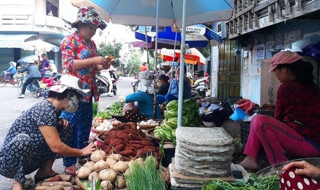 Theo các tiểu thương, do mưa lớn nhiều địa phương trong tỉnh Bình Định bị ngập lụt, các mặt hàng rau xanh phải nhập từ Gia Lai, Đà Lạt, chi phí vận chuyển tăng nên giá các loại rau tăng lên