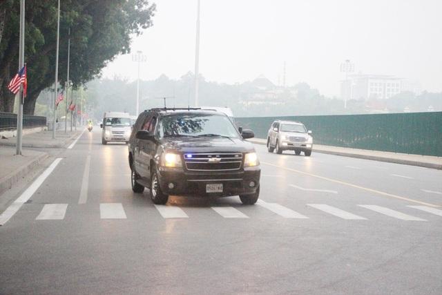 """Người Hà Nội háo hức xem xe """"quái thú"""" của Tổng thống Trump trên phố - 17"""