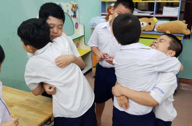 Và học sinh ở Trường tiểu học Ngôi Nhà Thông Thái, Q. Bình Thạnh do thầy Sơn phụ trách... trong niềm vui tặng kẹo trao niềm vui ngày đầu tuần