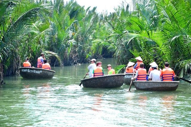 Du khách tham quan rừng dừa Bảy Mẫu