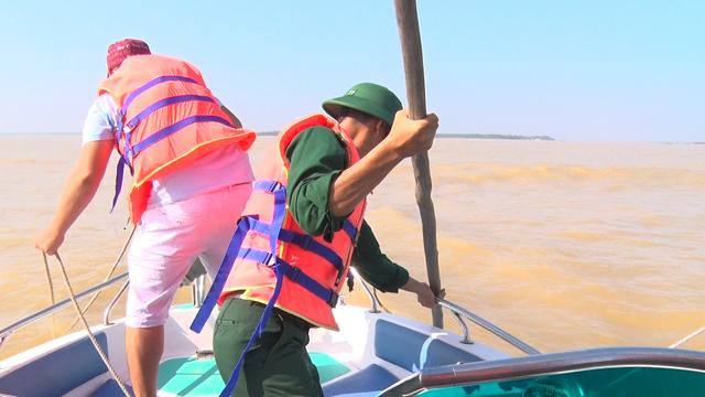 Các lực lượng chức năng đi kiểm tra tình trạng bồi lấp biển Cửa Đại