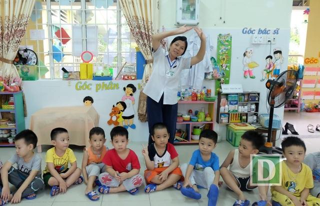 Cô Phượng Hải và các em học sinh ở Trường Mầm non Hoa Ban