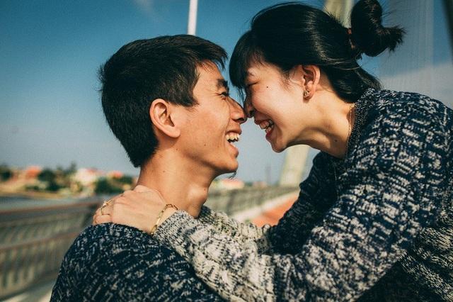 Cả hai tình cờ quen nhau trong chuyến đi thực tập, khi đó Nhung là sinh viên năm cuối còn Ngọc mới bắt đầu đi làm.