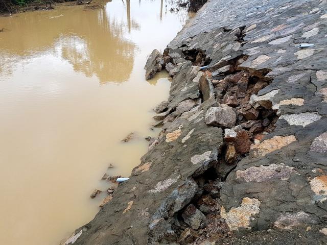 Chân mố A2 cầu Kỳ Lam bị sạt lở nhưng chủ đầu tư không thể sửa chữa được