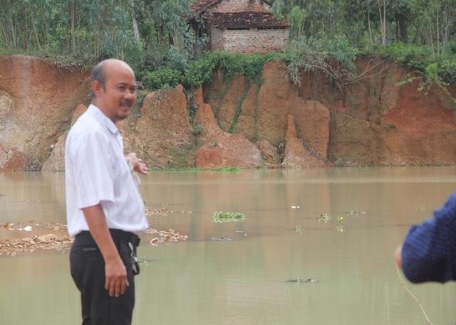 Ông Hiếu tố cáo trên Facebook của ông rằng Phó phòng Tài nguyên và Môi trường huyện Tây Sơn bảo kê doanh nghiệp khai thác đất trái phép.