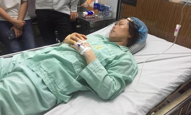 Nữ bác sĩ A. cấp cứu tại bệnh viện sau khi bị cướp dùng dao tấn công đoạn gần trụ sở UBND quận 9 (đang sửa chữa).