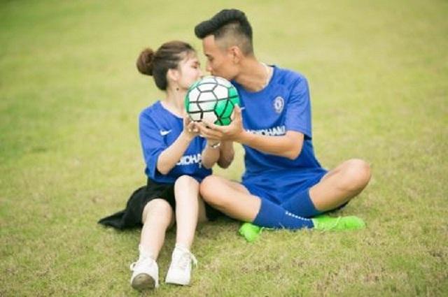 Cặp đôi fans Chelsea thiết kế thiệp cưới như vé xem bóng đá - 5