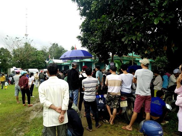 Rất đông người dân địa phương theo dõi phiên tòa