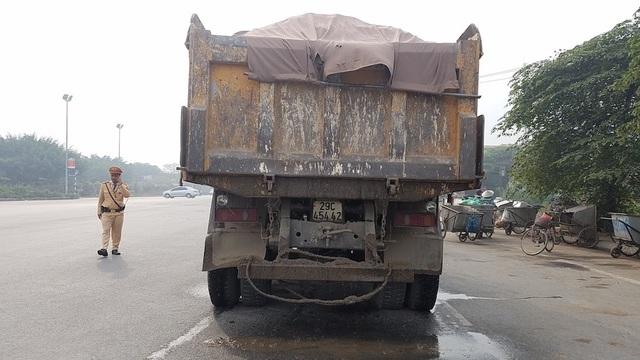 Chỉ trong buổi sáng 30/11, lực lượng chức năng đã kiểm tra xử lý hàng chục xe quá khổ, quá tải. Chiếc xe tải này sau khi kiểm tra đã phát hiện vi phạm lỗi làm rơi vãi vật liệu, chiều cao vượt chuẩn, lắp đèn hậu không đúng quy định.
