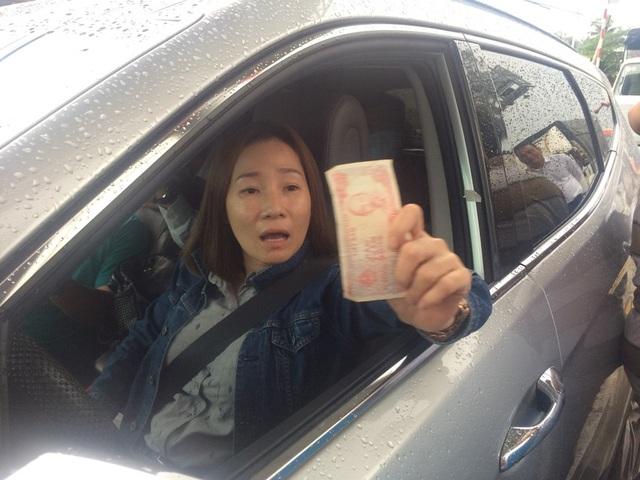 Nữ tài xế dùng tiền lẻ trả phí khi qua trạm