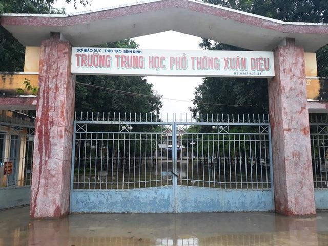 Nước ngập vào sân trường, nhà trường chủ động cho học sinh nghỉ học để tránh lũ