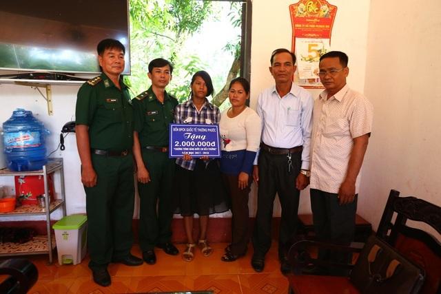 Đồn Biên phòng Cửa khẩu quốc tế Thường Phước trao tiền hỗ trợ cho em Mool Sray, học sinh lớp 8, xã Cô Rô Ca, Piềm Chô, PrayVeng, Campuchia