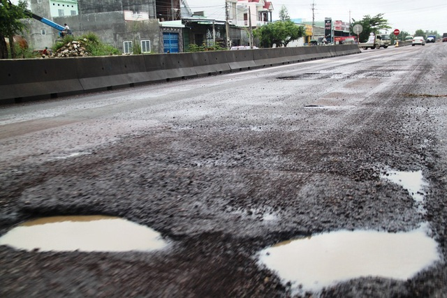 Nhiều hố sâu xuất hiện trên quốc lộ 1 qua tỉnh Bình Định