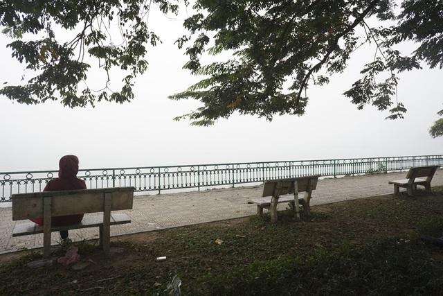 Từ ghế ngồi hướng về phía hồ, tầm nhìn hạn chế, hoàn toàn không thấy đường chân trời.