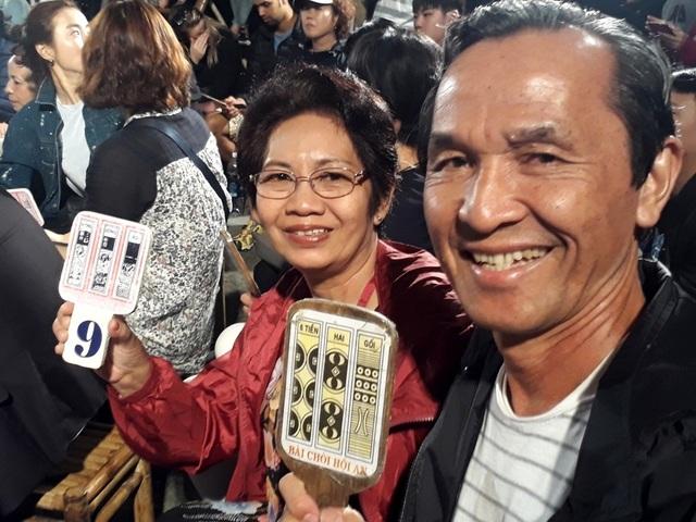 Hai du khách đến từ TPHCM rất hào hứng khi lần đầu tiên trực tiếp tham gia hô hội Bài Chòi lại đúng dịp sự kiện đặc biệt này