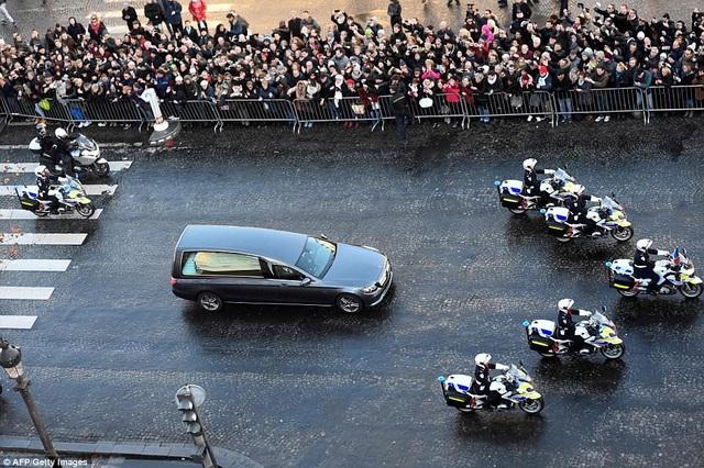 Chiếc xe tang chở linh cữu nam nghệ sĩ từ khu ngoại ô Paris - nơi ông sống những ngày tháng cuối đời, đi qua phía tây nam thành phố, cuối cùng tới Quảng trường Concorde vào khoảng giữa trưa.