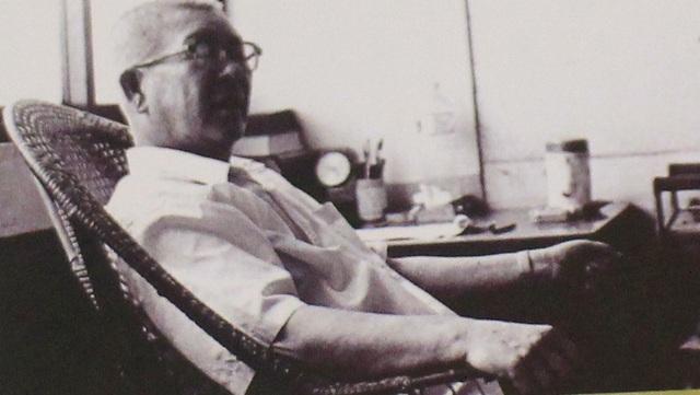 """Hình ảnh của nhà văn được in trên bìa tuyển truyện """"Giấc mông xuân trong ngõ Hồ Lô""""."""