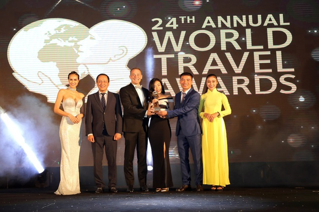 Ông Ty Collins - TGĐ điều hành JW Marriott Phu Quoc Emerald Bay nhận giải Worlds Leading New Resort