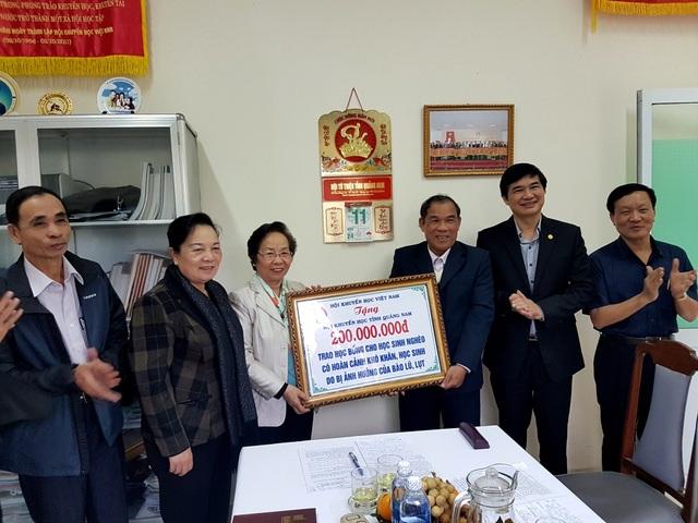 Chủ tịch Hội Khuyến học Việt Nam trao 200 triệu đồng để hỗ trợ học sinh trên địa bàn tỉnh Quảng Nam gặp khó khăn do bị ảnh hưởng của đợt lũ, lụt vừa qua.