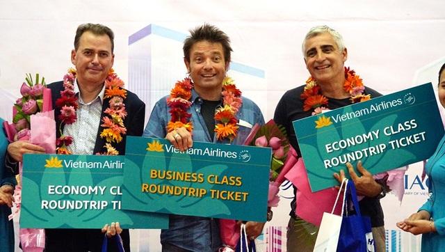 Vị khách thứ 6.000.000 là ông Mitchener David William (giữa), vị khách thứ 5.999.999 là ông Haisman Jamesrobin(trái), vị khách thứ 6.000.001 là ông Kohldorfer Martinpeter