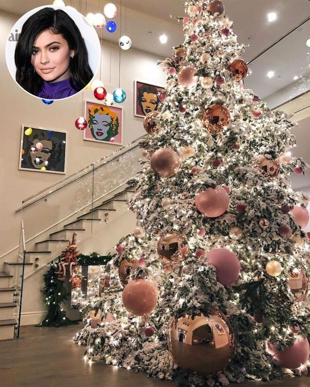 Cây thông Noel siêu đẹp của Kylie Jenner