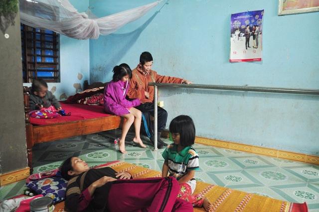 2 con nhỏ chăm sóc cho ông Quang và bà Thu, riêng em út nhỏ quá nên không làm gì được