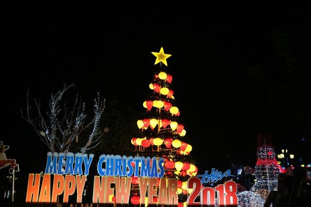 Một Hội An rực rỡ chào mừng năm mới 2018. Phố cổ đã được công nhận là Di sản văn hóa thế giới muốn gửi đi thông điệp hòa bình, lời chúc hạnh phúc, thịnh vượng đến người dân cùng du khách trong năm mới