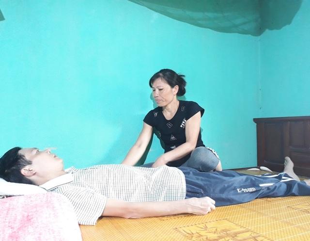Không có tiền phẫu thuật nên anh Dương đòi bỏ bệnh viện về quê chờ chết