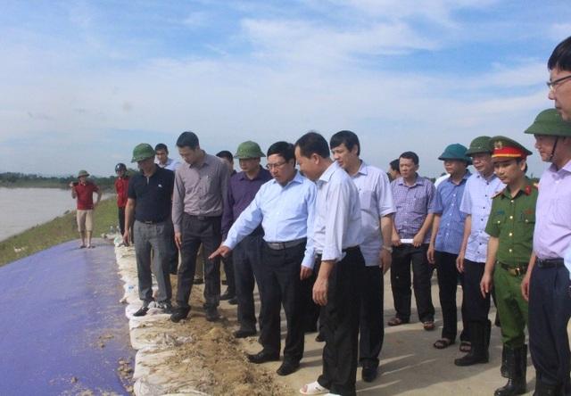 Phó Thủ tướng Phạm Bình Minh đánh giá, mưa lũ đã làm hư hỏng nghiêm trọng 1 số công trình đê xung yếu của Thanh Hóa.