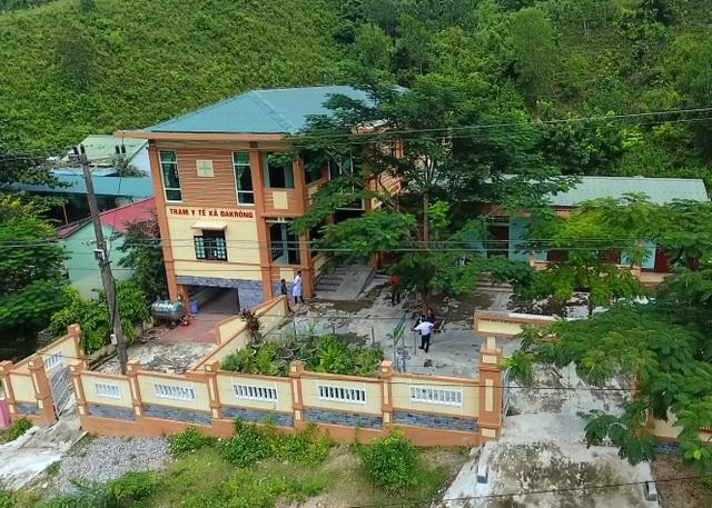 Trạm y tế xã Đakrông được xây dựng khang trang giúp công tác chăm sóc sức khoẻ cho người dân được tốt hơn. Trước đây, trạm y tế Đakrông chỉ là căn nhà cấp 4 lụp xụp. (Ảnh: Nguyễn Thanh)