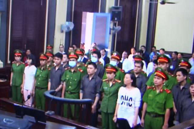 Các bị cáo tại phiên tòa (ảnh chụp màn hình).