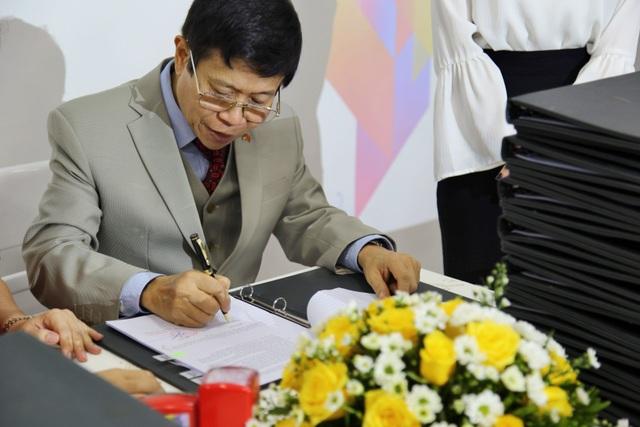 Tiến sĩ Mai Huy Tân trong một lần ký biên bản bàn giao 24 tòa Boutique Hotel Cocobay
