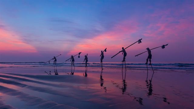 Ảnh đẹp trong ngày 4/3/2016. Ảnh kể về ngư dân di chuyển ra biển bằng cà kheo ở bờ biển Hải Thịnh, Nam Định. Để đánh bắt hải sản gần bờ những vùng biển ngập bùn, những người ngư dân sử dụng cà kheo để dễ di chuyển.